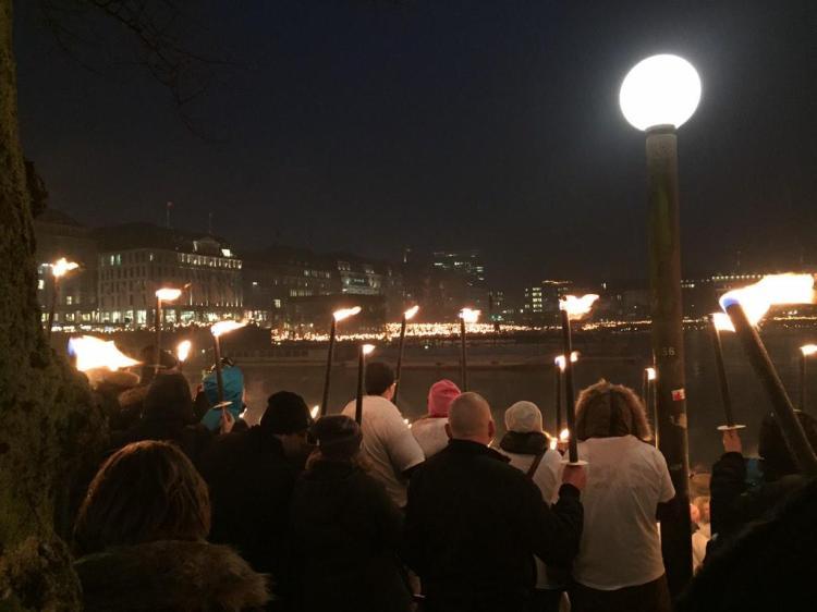 Marche aux flambeaux, le 20 février dernier à Hambourg (Crédits - Twitter)