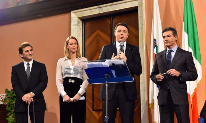 Federica Pellegrini derrière Matteo Renzi, Président du Conseil Italien, lors de l'annonce de la candidature olympique pour les Jeux de 2024 (Crédits - CONI / Foto di Mezzelani / GMT)