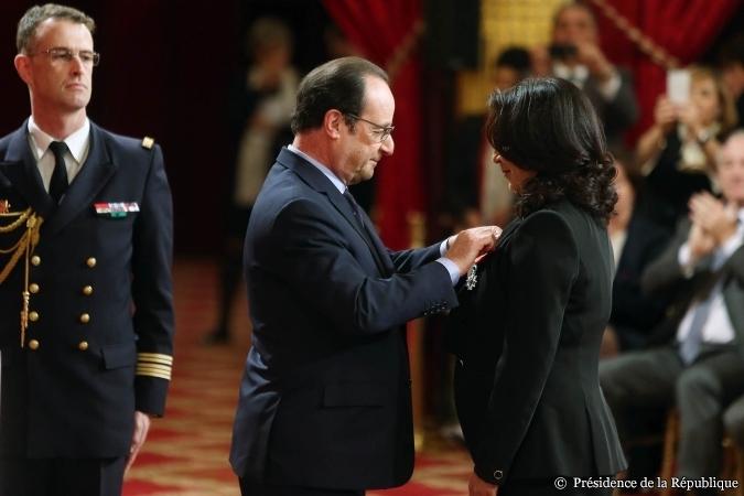 Le 11 mars 2015, Nawal El Moutawakel fut décorée par le Président de la République, François Hollande, au Palais de l'Élysée (Crédits - Présidence de la République)