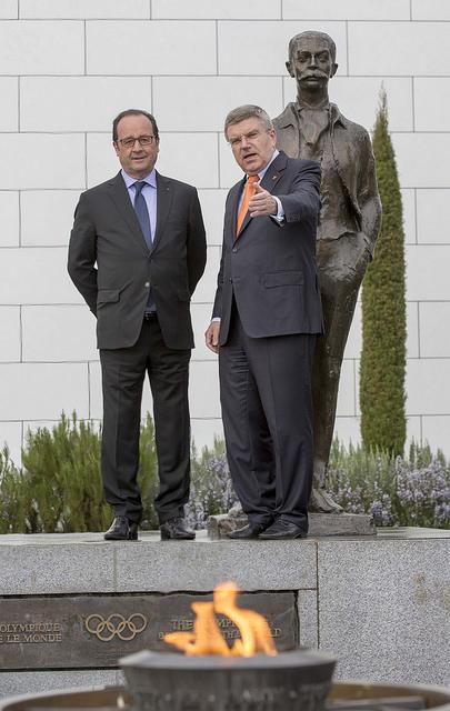 François Hollande et Thomas Bach - statue de Pierre de Coubertin