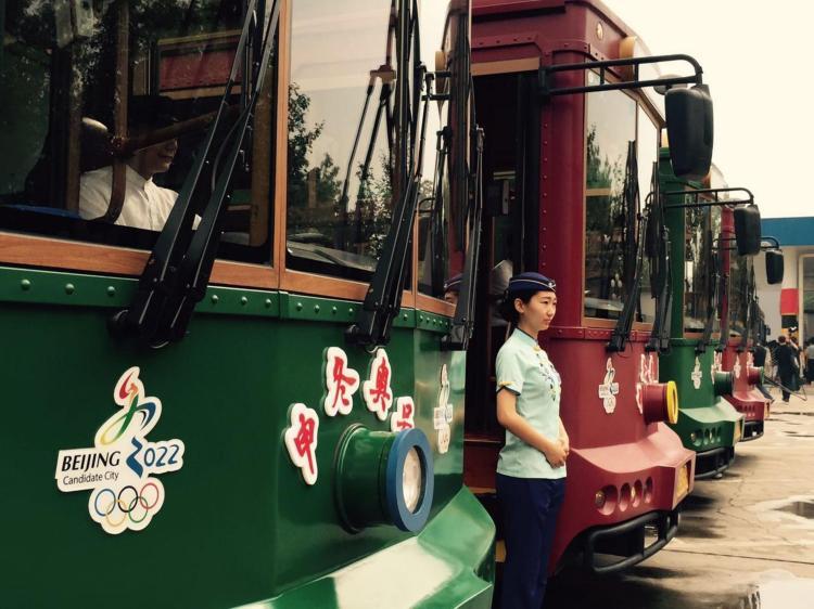 Cinq bus électriques aux couleurs de la candidature olympique (Crédits - Pékin 2022)