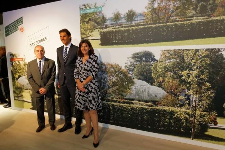 De gauche à droite, Jean Gachassin, Rafael Nadal et Anne Hidalgo. Le 21 mai, le nonuple vainqueur des Internationaux de France de tennis a reçu la médaille Grand Vermeil de la Ville de Paris (Crédits - Mairie de Paris / Henri Garat)