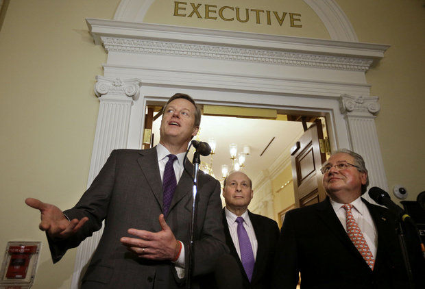 De gauche à droite, Charlie Baker, Stan Rosenberg et Robert DeLeo (Crédits - MassLive / AP Photo / Steven Senne)