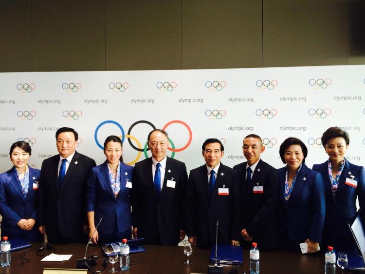 De gauche à droite, Zhou Xing, Directeur adjoint du département Finances et Marketing de Pékin 2022, Hou Liang, Maire de Zhangjiakou, Yang Yang, double Champion olympique de patinage sur piste courte et membre du CIO, Liu Peng, Ministre de l'Administration générale des Sports de Chine et Président du Comité Olympique Chinois, Wang Anshun, Maire de Pékin et Président du Comité de Candidature de Pékin 2022, Wang Hui, Directeur de la Communication de Pékin 2022 et Yang Lan, Directeur adjoint de la Planification générale et des Affaires juridiques de Pékin 2022 (Crédits - Pékin 2022)