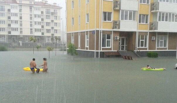 Des habitants quittent le site du Village Olympique entièrement inondé (Crédits - Blog Sochi)