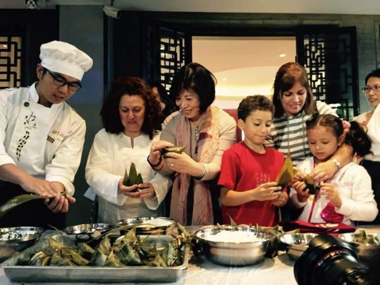 Wang Hui, au centre, lors d'un cours de cuisine en marge du Festival du Bateau-Dragon (Crédits - Pékin 2022)