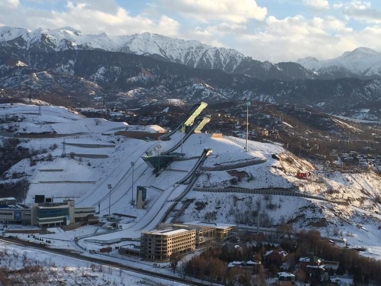 Vue des tremplins de saut à ski de Sunkar (Crédits - Almaty 2022)