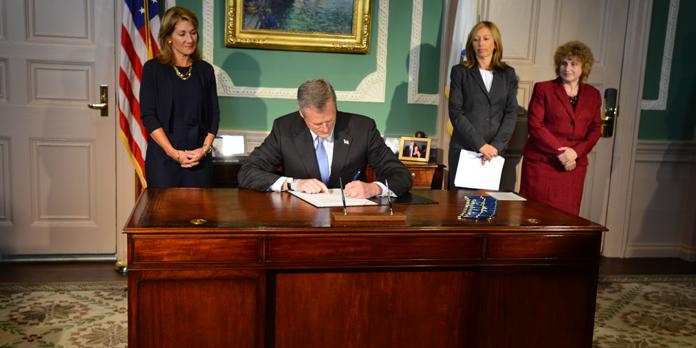 Signature de Charlie Baker concernant le budget 2016 de l'État du Massachusetts (Crédits - Site du Gouverneur du Massachusetts)