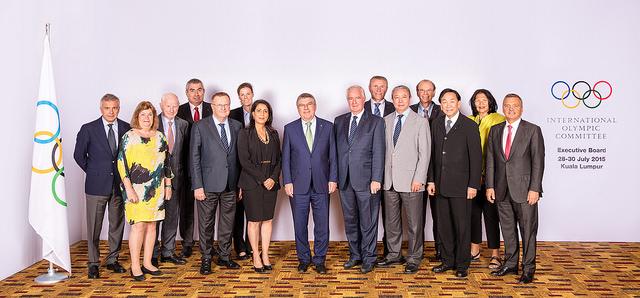 Thomas Bach (au centre) entouré des membres de la Commission exécutive du CIO (Crédits - CIO / Ubald Rutar)