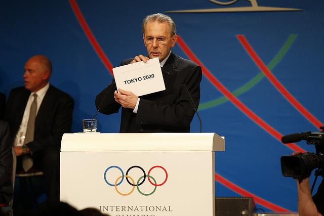 L'ancien Président du CIO, Jacques Rogge, dévoilant le nom de la Ville Hôte des Jeux d'été de 2020, le 07 septembre 2013 (Crédits - CIO / Evans)