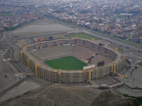 Vue aérienne de l'Estadio Monumental de Lima et ses 80 000 places (Crédits - Wikipedia / MicroX)