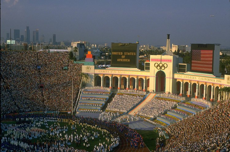 Vue du Memorial Coliseum de Los Angeles, à l'occasion de la Cérémonie d'ouverture 1984 (Crédits - CIO / Getty Images / Steve Powell)