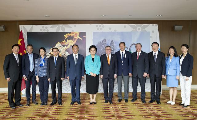 Thomas Bach, entouré par les membres de la délégation de Pékin 2022 à l'occasion d'une réunion en marge de la 128e Session (Crédits - CIO / Ian Jones)