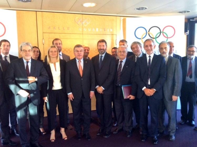 Thomas Bach (au centre) avec le Maire de Rome et la délégation de la candidature italienne (Crédits - CONI)