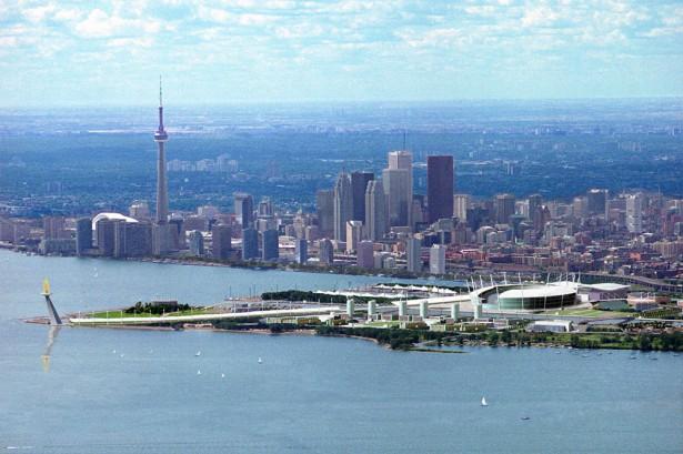 Vue de la baie de Toronto avec au premier plan le projet de Stade Olympique pour les Jeux de 2008 (Crédits - Stadium Consultants International / Architect Design by BBB Architects)