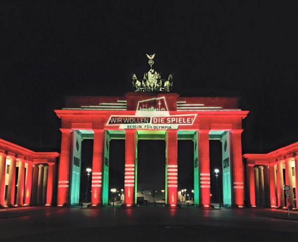Illumination de la Porte de Brandebourg aux couleurs de la candidature olympique de Berlin (Crédits - Page officielle Facebook de Michael Müller)