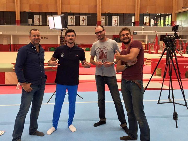 Hamilton Sabot avec l'équipe de tournage du Comité National Olympique et Sportif Français (Crédits - Page Facebook de Hamilton Sabot)