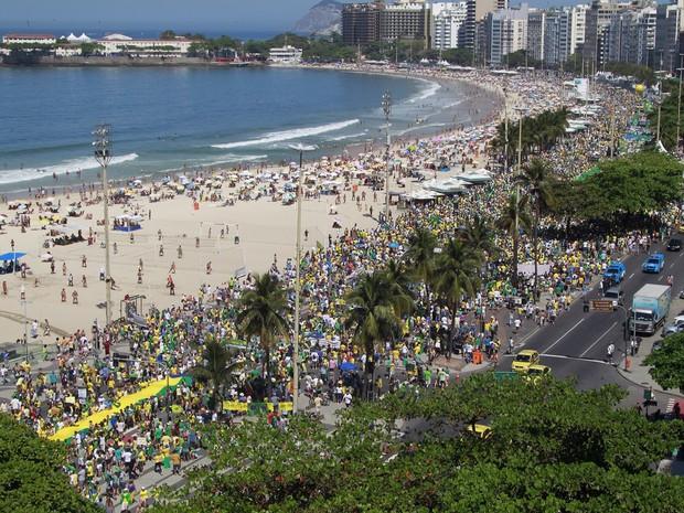 Manifestation aux abords de la plage de Copacabana à Rio de Janeiro, le 16 août 2015 (Crédits - O Globo / Rodrigo Gorosito / G1)