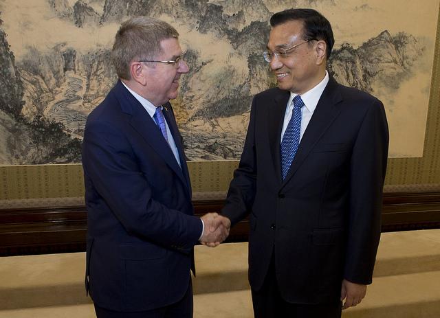 Thomas Bach et le Premier Ministre, Li Keqiang (Crédits - CIO / Greg Martin)