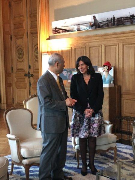 Yoichi Masuzoe et Anne Hidalgo (Crédits - Mairie de Paris / Page officielle Twitter de Anne Hidalgo)