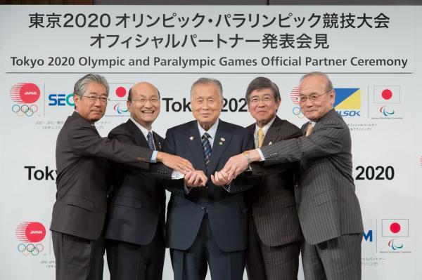 Yoshiro Mori, Président de Tokyo 2020 (au centre) et Tsunekazu Takeda, Président du Comité Olympique Japonais (à gauche) avec les responsables des sociétés SECOM et ALSOK (Crédits - Tokyo 2020)