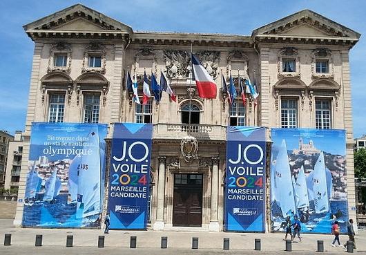 Façade de l'Hôtel de Ville de Marseille au moment de la sélection du site candidat pour les épreuves de voile (Crédits - Ville de Marseille)