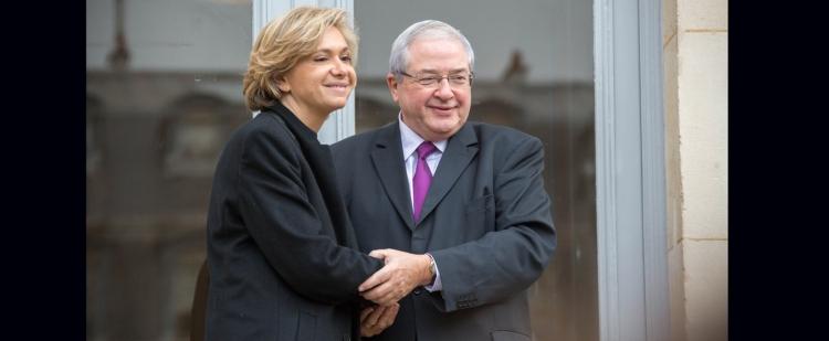 Passation de pouvoir entre Jean-Paul Huchon et Valérie Pécresse, sur le perron de l'Hôtel de Région (Crédits - Région Île-de-France)