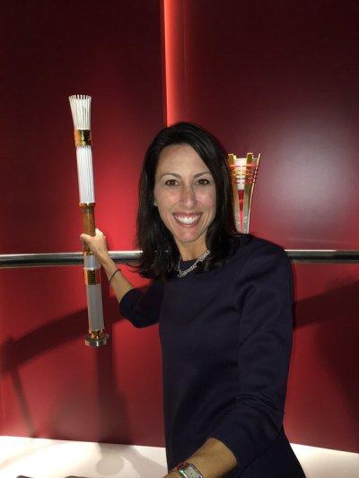Janet Evans avec la torche olympique des Jeux de 1996, les derniers JO d'été à avoir eu lieu sur le sol des États-Unis (Crédits - Page officielle Twitter)
