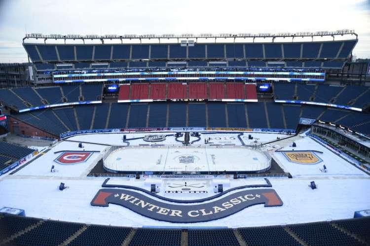 Un terrain de hockey-sur-glace a été spécialement aménagé sur le terrain traditionnellement dédié à la pratique du football américain (Crédits - Boston Bruins)