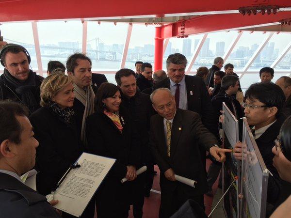 L'ex-Gouverneur de Tokyo expliquant les contours du projet du Village des Athlètes à Anne Hidalgo et Valérie Pécresse (Crédits - Yoichi Masuzoe)