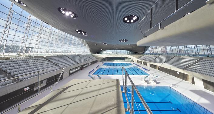 Vue des bassins et des tribunes du Centre Aquatique de Londres (Crédits - Zaha Hadid Architects)