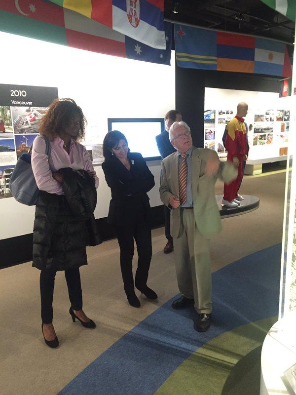 Anne Hidalgo a notamment visité l'exposition consacrée à l'histoire des Villages Olympiques (Crédits - Paris 2024)