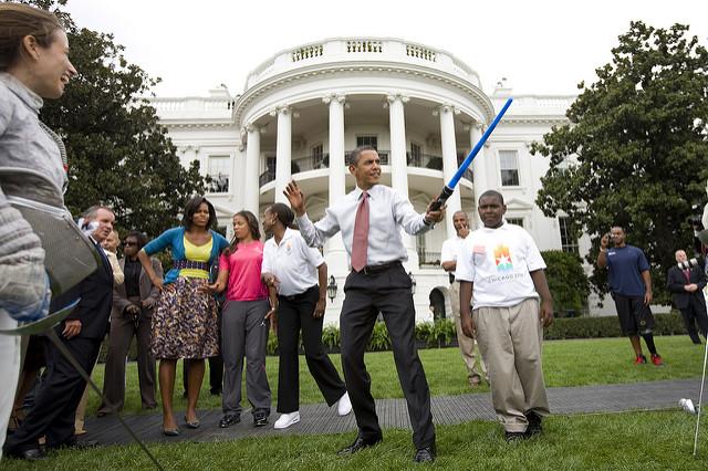 Le Président Barack Obama lors d'une démonstration d'escrime en soutien à Chicago 2016, en septembre 2009 (Crédits - Brooks Kraft / Corbis)