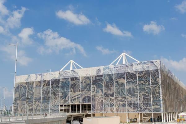 Vue extérieure du Centre Aquatique, avec les panneaux monumentaux (27 mètres de hauteur) de l'artistique Adriana Varejão (Crédits - Cidade Olimpica)