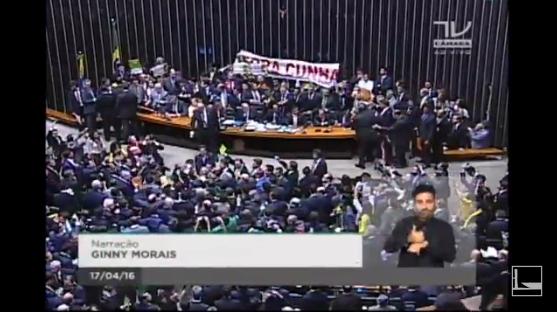 Chaque député devra s'exprimer à la tribune (oui, non ou abstention) concernant la procédure de destitution. L'ambiance est particulièrement tendue (Capture d'écran / Sport & Société)