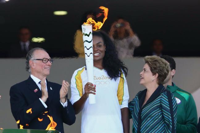 Ce pourrait être l'une des dernières images de Dilma Rousseff en tant que Présidente du Brésil. Ici avec Carlos Arthur Nuzman, Président de Rio 2016 ; et Fabiana Claudino, capitaine de l'équipe brésilienne de volley-ball (Crédits - Rio 2016 / Célio Messias)