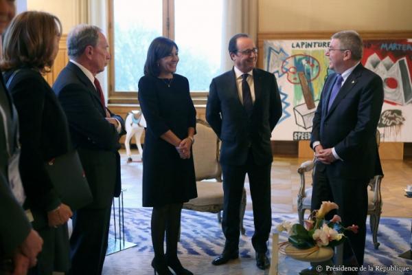 En marge de la COP 21, en novembre 2015, le Président de la République s'était entretenu avec le Président du CIO (Crédits - Présidence de la République)
