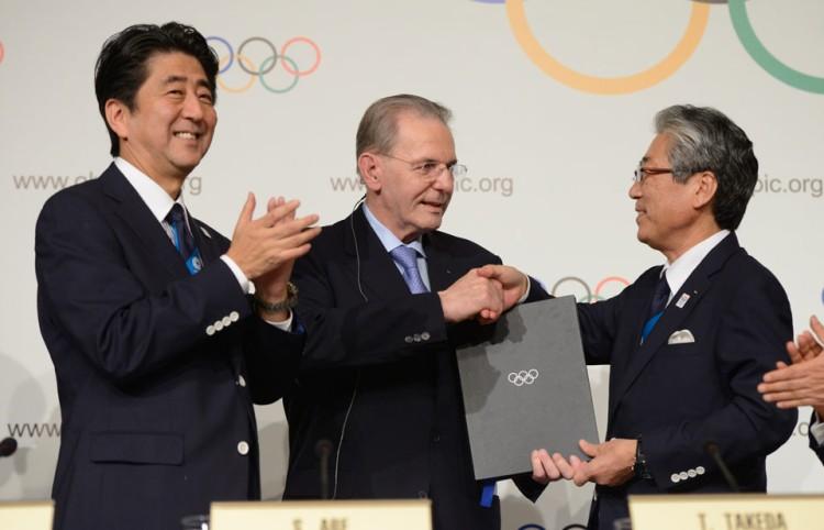 De gauche à droite, le Premier Ministre du Japon, Shinzo Abe ; l'ancien Président du CIO, Jacques Rogge ; et l'ex-Président du Comité de Candidature de Tokyo 2020, Tsunekazu Takeda (Crédits - IOC / Richard Juilliart)