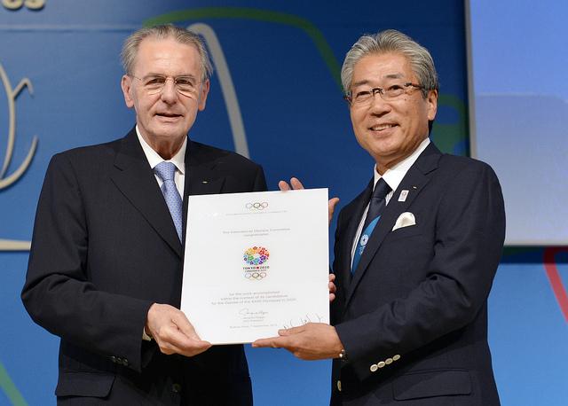 L'ancien Président du CIO, Jacques Rogge ; et l'ex-Président du Comité de Candidature, Tsunekazu Takeda (Crédits - IOC / R.Juilliart)