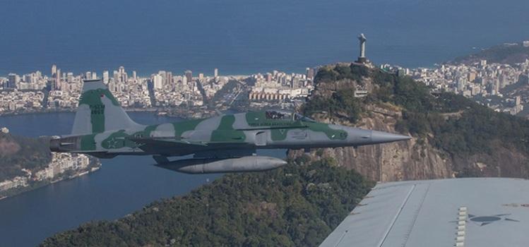 Un chasseur F-5 survolant la ville de Rio de Janeiro lors d'une simulation (Crédits - FAB / Luiz Eduardo Perez)