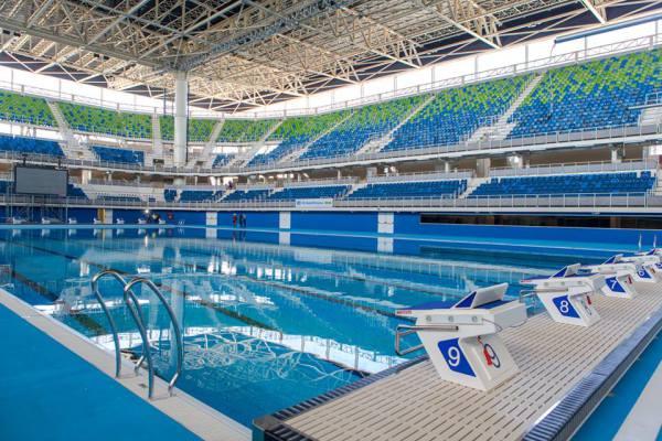 Vue intérieure du Centre Aquatique de Rio de Janeiro, avec le bassin des compétitions et les tribunes (Crédits – Cidade Olimpica)