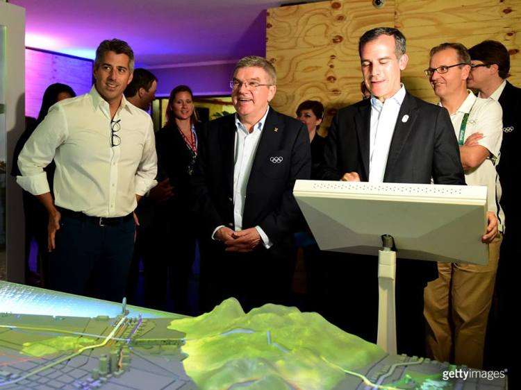 Casey Wasserman (à gauche) et Eric Garcetti (à droite) autour du Président du CIO, Thomas Bach (Crédits - LA 2024 / Getty Images)