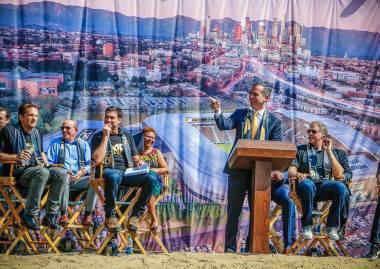 Le Maire de Los Angeles, Eric Garcetti, lors du lancement officiel du chantier (Crédits - Eric Garcetti / Page Facebook)