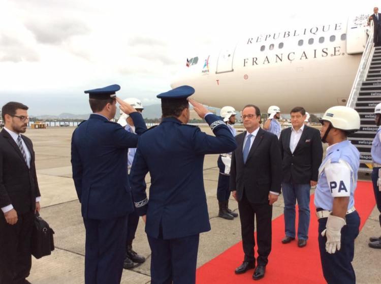 François Hollande et le Ministre de la Ville, de la Jeunesse et des Sports, Patrick Kanner. Le logo de la candidature de Paris 2024 a été apposé sur l'avant de l'avion présidentiel (Crédits - Présidence de la République)