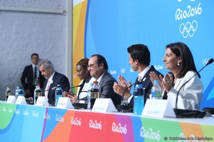 De gauche à droite, Etienne Thobois, Directeur Général de Paris 2024 ; Muriel Hurtis, ambassadrice sportive de la candidature ; François Hollande, Président de la République ; Tony Estanguet, membre du CIO et coprésident de Paris 2024 ; et Anne Hidalgo, Maire de Paris (Présidence de la République - F. Lafite)