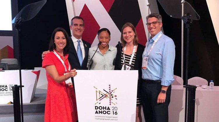 De gauche à droite, Janet Evans, vice-Présidente de LA 2024 ; Eric Garcetti, Maire de Los Angeles ; Allyson Felix, Olympienne ; Angela Ruggiero, membre du CIO ; et Casey Wasserman, Président de la candidature américaine (Crédits - LA 2024)