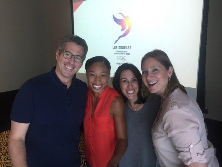 De gauche à droite, Casey Wasserman, Président de LA 2024 ; Allyson Félix, Olympienne ; Janet Evans, vice-Présidente de la candidature ; et Angela Ruggiero, Directrice en charge de la stratégie de la candidature et membre du CIO (Crédits - LA 2024)