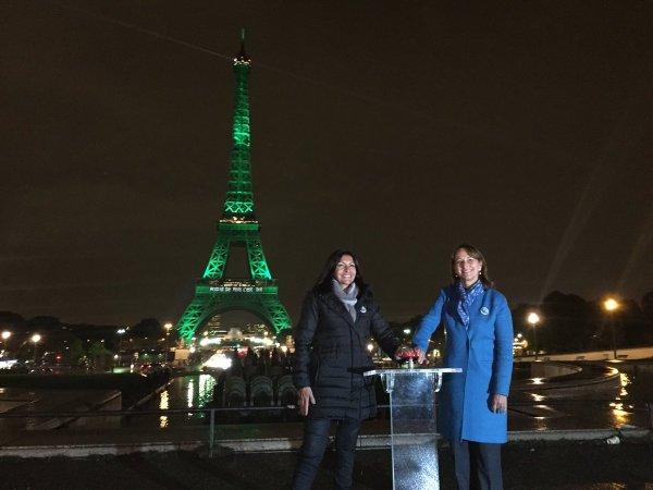 Anne Hidalgo et Ségolène Royal lors de l'illumination de la Tour Eiffel (Crédits - Twitter / Ségolène Royal)