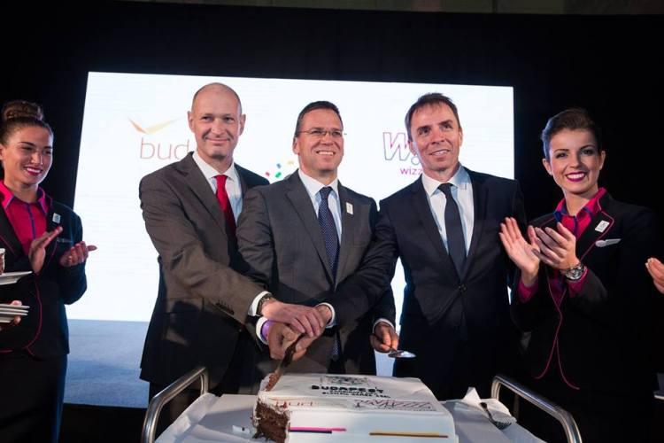 Au centre, Jost Lammers, Président de l'aéroport de Budapest ; Balázs Fürjes, Président de Budapest 2024 ; et József Váradi, Président de la compagnie Wizz Air (Crédits - Wizz Air / Budapest 2024)