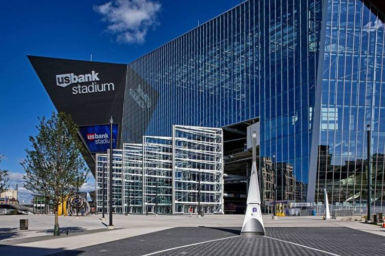 Vue de l'US Bank Stadium de Minneapolis et de ses cinq portes vitrées monumentales (Crédits - US Bank Stadium)